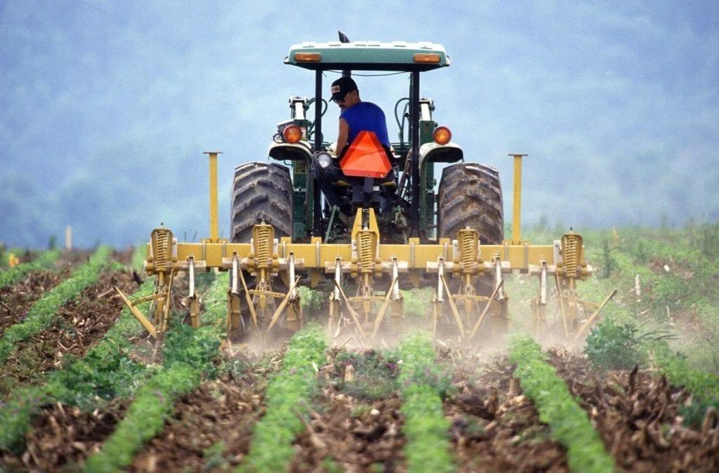 Máquina agrícola em lavoura